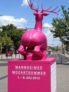rosafarbener Hirsch vor dem Mannheimer Bahnhof
