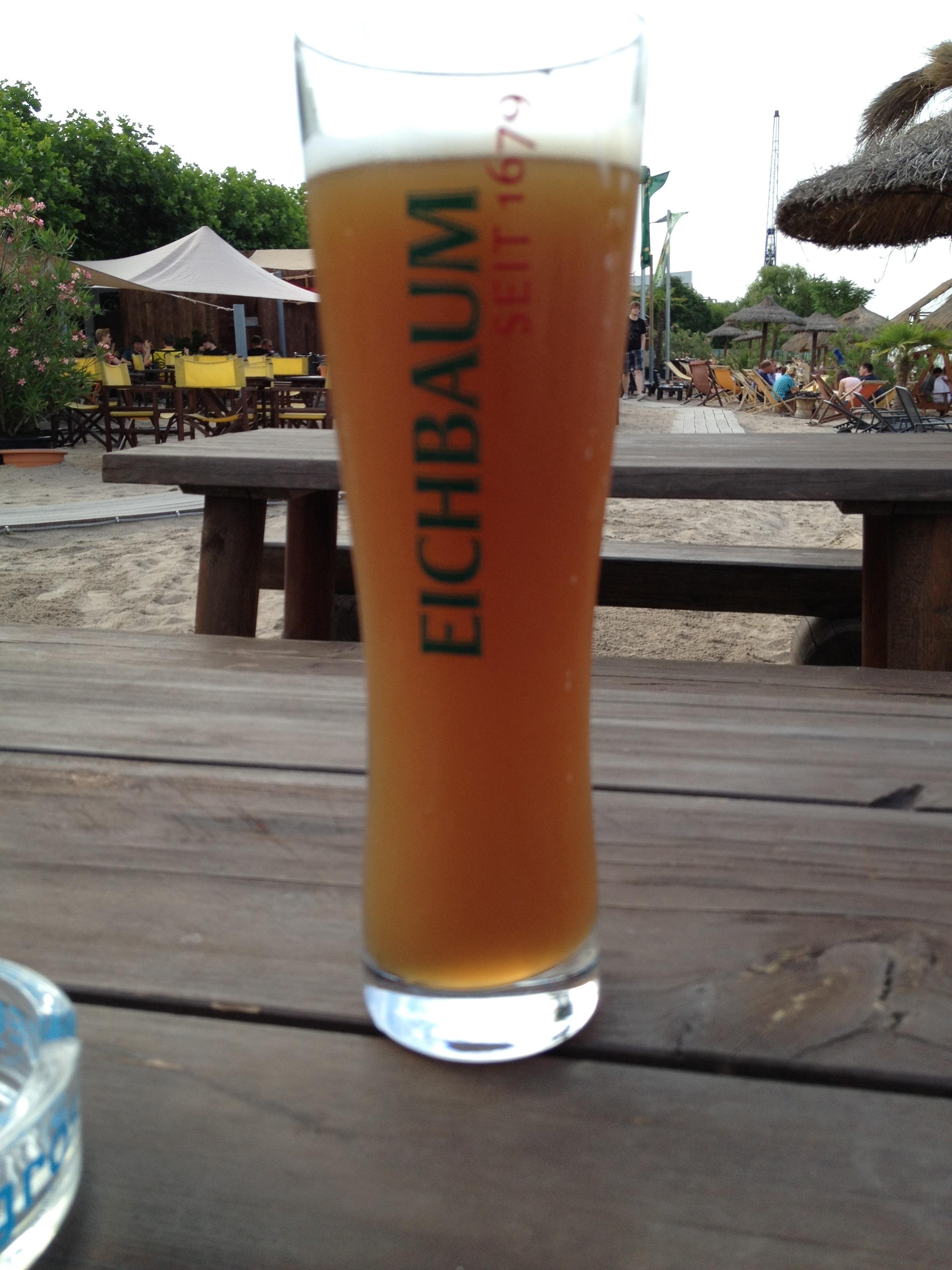 Das erste Bier diesen Sommer in der Strandbar