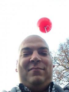 Brecht mit Ballon am Ohr