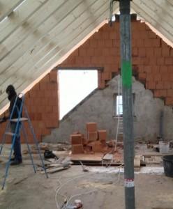Nach ein paar Stunden Arbeit ist vom ursprünglichen Dach nichts mehr zu sehen