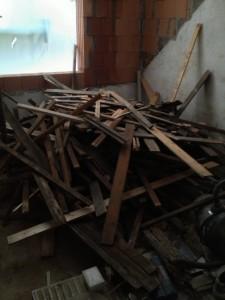 Einer meiner kleinen Holzhaufen am Ende des Dachabbaus