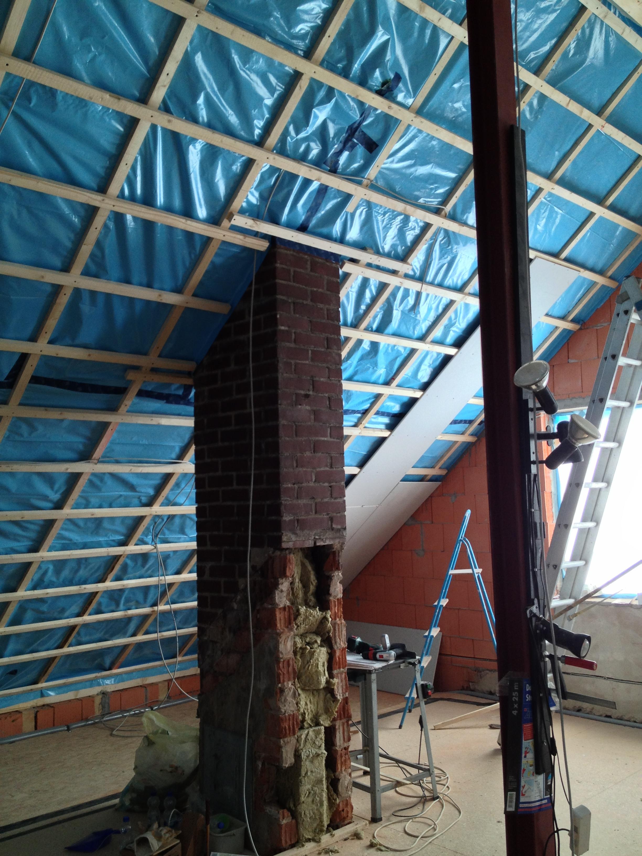 Eine Dachschräge die sich langsam mit Rigipsplatten füllt.