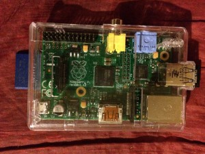 Mein kleiner Rapberry Pie mit Gehäuse, USB-Wlan Stick und eingesteckter SD-Karte