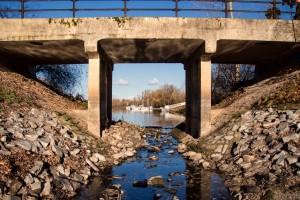 Die Zugangsbrücke zum Naturschutzgebiet Biedensand in Lampertheim