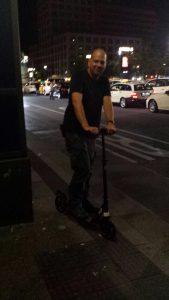 Ich auf meinem Cityroller am Kauftag